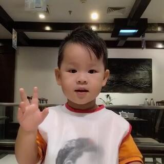 #宝宝##吃秀#🍅配火锅,泡泡的标配!😂😂今天发型肿么样,酷不酷?他爹给他喷了定型喷雾。😂😂😂
