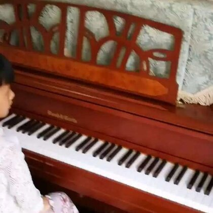 天爱六岁整演奏肖邦《升g小调练习曲》op.25 no.6。这是一首三度双音练习曲,尤如在雪橇上传来的铃铛声!在演奏上有非常大的难度。相信随着年龄增长,她会弹得越来越轻松的!#音乐##钢琴##热门#@美拍小助手