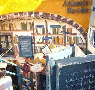 文艺青年必看!圣托里尼蓝白小岛上隐匿全球最美书店#hi走啦#唯一一个可以租猫的书店,狭小的空间装着店主无尽的情怀#旅行##我要上热门#