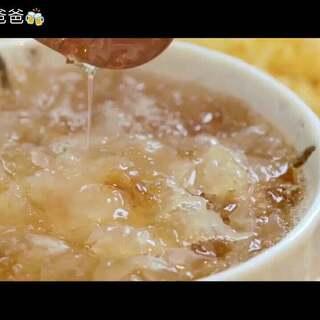 桃胶是桃树干上渗出的一种淡黄色树胶,也叫桃凝、桃脂、桃花泪。煮好的桃胶有胶质的厚重感,像凝住了的果冻,但比果冻多了点嚼劲,入口清香爽滑,甜而不腻。桃胶含有丰富的多糖,胶质很丰富,和银耳一起炖煮出胶会更加明显。#美食##宝宝辅食##桃胶银耳羮##拾味爸爸#