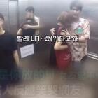韩国情侣电梯里假装放屁,旁边人的反应简直了!哈哈哈~ #搞笑#