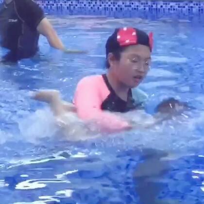 最近状态好很多.愿意让爸爸带下水了18m19d#宝宝##美拍日记##亲子游泳#
