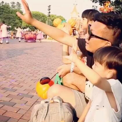 想要过纯正欢乐的万圣节,当然要带帅帅去香港迪士尼乐园了,今年也精心打造了万圣节的全新主题,日间巡游加入了万圣节特别的米奇Halloween玩转大街派对!小朋友还可以和迪士尼朋友们一起跳万圣节舞蹈,互动更强了,各位迪士尼动画人物都穿上了万圣节服装,跟大家一起玩嗨了!气氛好好呀!