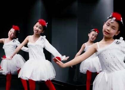 少儿中国舞班萌宝们带来一首幼儿经典古诗#舞蹈#《咏鹅》鹅鹅鹅,曲项向天歌,这大概是宝贝们接触最早的古诗词之一了。给其配上简单活泼的音乐,则赋予了一首古诗新的活力。指导老师:李淑清#派澜舞蹈##少儿舞蹈##我要上热门#@美拍小助手@舞蹈频道官方账号
