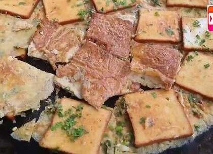 印度好心老大爷,今天做100个鸡蛋煎面包片,分给孤儿们吃.