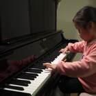 #音乐##未来偶像#钢琴神童#陈安可#演奏巴赫英国组曲😊这个小女孩不弹钢琴时是萌,弹上钢琴就变成酷了,弹钢琴的动作和神情多么的专注与忘我。真正的喜欢一件事是多么的激情澎湃,旁若无物……