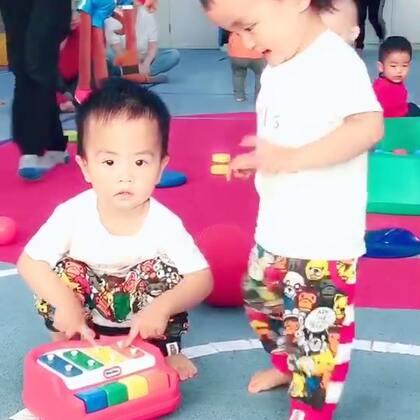 #龙凤胎兄妹俩# 小宝宝们的社交场所---早教课堂,被别的小伙伴抢走玩具哥哥是敢怒不敢言,妹妹是无所谓(在家习惯了😛)排队玩的时候也不急,唯一的问题是都自家抱团玩,没有交到新朋友呀😌#美吉姆##双胞胎#