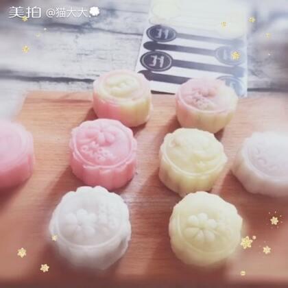 #自制冰皮月饼##提前祝大家中秋节快乐#榴莲馅的流心月饼☺ 做好啦