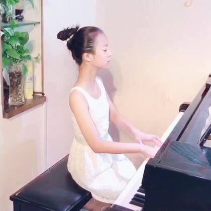😍盼望国庆中秋长假,本要外出玩几天,看到朋友圈到处是塞车的实时报道,突然觉得留在家练琴是件幸福的事情。😌😹只是练琴的这个小朋友不开心,她说:生活不仅眼前的苟且,还有讨厌的练琴和写不完的作业……😣😤哈哈,听这话,我大笑三声。😆😂#U乐国际娱乐##钢琴##宝宝成长记录#
