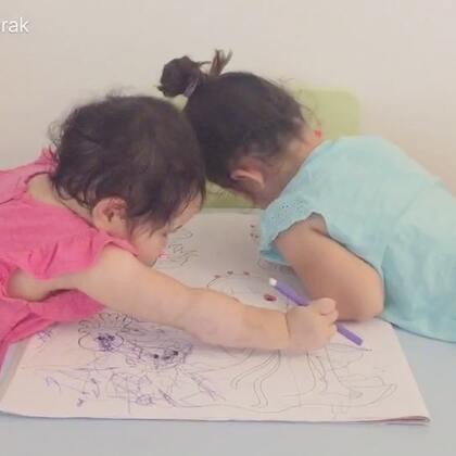 下午回家后在家画画😊诺诺和包子之前喜欢在墙上椅子上乱画,阿爸把彩笔都扔了,今天我们翻了半天找出来两支彩色笔😂