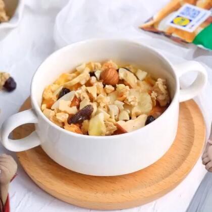 【健康早餐坚果蛋奶面包布丁】早晨起床后和宝贝一起做健康早餐,真是件幸福的事。#宝妈享食记#做一份果酱吐司,再用吐司边来烤蛋奶布丁,超好吃,再加些天然坚果和麦片让营养更均衡。#美食#本期福利在视频片尾,从转发➕点赞➕评论中抽7位小伙伴,10月11日公布中奖名单。健康早餐来自Lidl历德超市