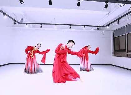 我们的男神蒋罡夫老师携手两位女神在中秋的一轮满月之下为全球华人倾情演绎一曲《月中天》#舞蹈#,表达出浓密的中国传统文化之美和中秋月圆的夸姣意境#中秋有美拍##我要上热门#@美拍小助手@舞蹈频道官方账户