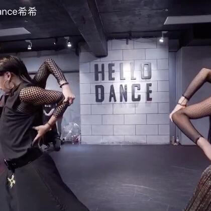 【暗黑系列 闺蜜•协议书】 这是我和我的少年老搭档@HelloDance昂昂 的又一个暗黑系列作品 闺蜜协议书。还记得去年的闺蜜的撕扯吗?希望带给你们一部连续的舞蹈作品 错过了今年就只有明年咯@HelloDance舞蹈工作室 @美拍小助手 #hellodance##暗黑系##舞蹈#