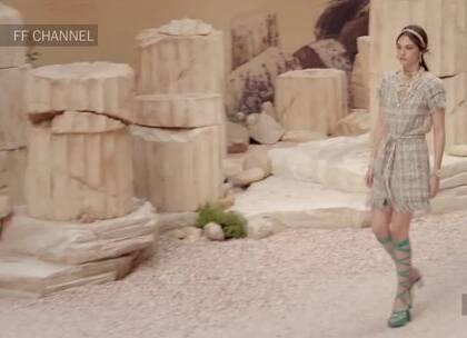 Chanel 2018新品时装秀,from FF Channel ~ ModeSens汇聚全球电商的奢侈品尖货,集成众多时尚博主穿搭,给你带来生活在异国的时尚享受,更多时尚专题:modesens.com/s/3RK/