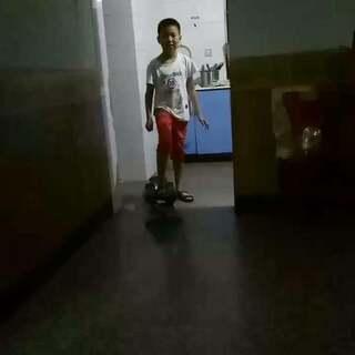 #滑板少年#我弟再次拍摄,恭喜他会上板了😊