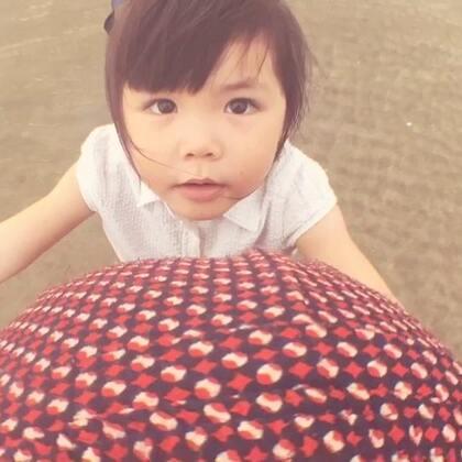妈妈.我带小宝宝去挖沙.小宝宝看到大海了.😘😘带着肚子的小棉袄和漂亮的大棉袄去海边玩.趁着还没生.带着vivi去她想去的任何地方.#宝宝##vivi&mama##vivi3y+0m#