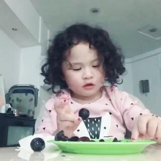 momo喜欢剥葡萄皮,我们尝试鼓励她试着吃一点。她喜欢喝果汁,但是不喜欢吃果肉😂 #和momo姐姐聊天##mo说话##momocam#