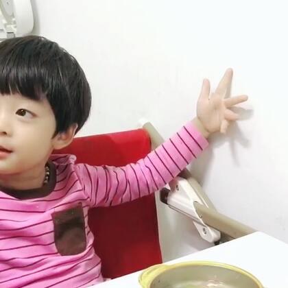 #年 三岁##暖男年年##宝宝#家庭地位很明显了😂希望明天幼儿园的采摘活动孩子们能玩得开心🌝