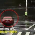 """#正能量#这次""""车窗抛物"""" 让雨中执勤的交警心里暖洋洋❤"""