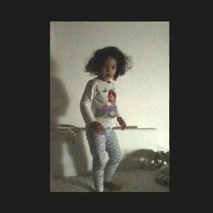 睡前爸爸给mo看了一段《chandelier》的Mv。 mo跟着Mv中的姐姐跳了一段😍 抱歉画质很渣,房间很黑😜 #mo跳舞# 我知道大家又要说我给mo报错舞蹈班了,该去学爵士。可惜这边的舞蹈版只有芭蕾会收四岁以下的,其他都要五岁以上。而且mo也喜欢芭蕾呀😊
