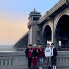 #U乐国际娱乐#@陈义夫Solo 填词的《boys》背景是武汉长江大桥~15号就是它60周年生日啦~15号下午2点我们在武昌桥头堡纪念碑这里集合一起拍摄带你去旅行舞蹈~你你们想加入吗?