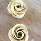 饺子皮版玫瑰花手法教程,只是像饺子皮,但不是,饺子皮是死面。这个是发面的,蒸熟吃。宝宝喜欢。#美食##面食#