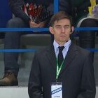 俄罗斯冰球比赛电视转播画面突然切到场边帅气安保人员,就怕这突如其来的骚!😂
