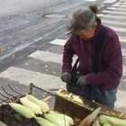 78岁老太街头卖烤玉米火遍朋友圈:不要捐款 我以劳动挣钱👍