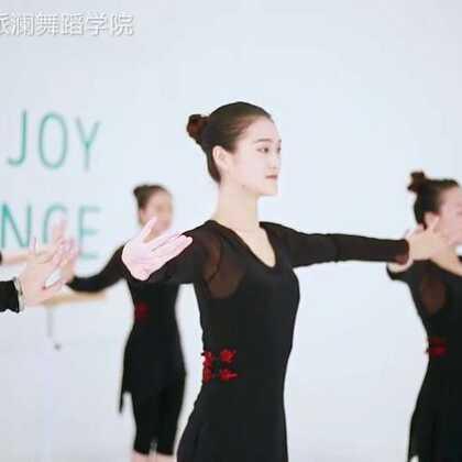 将#身韵组合#融合在#古典舞#《葬心》的舞姿与技巧上,二者的相互渗透与有机的结合,体现了中国古典舞审美上的🍉与风采。指导老师:陈欣妮#我要上热门#@美拍小助手@舞蹈频道官方账号