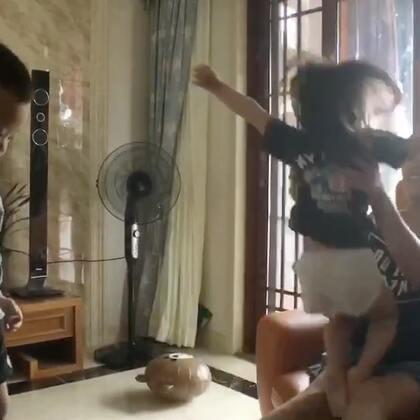 宝宝飞起来,大姨接住!😜😜😜#宝宝##vivi3y+1m##vivi和兄弟姐妹#