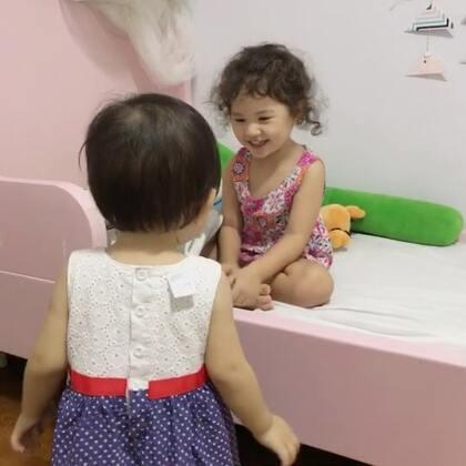 小区里的朋友带着女儿来家里玩,momo超会逗妹妹的😜#mo和小伙伴#