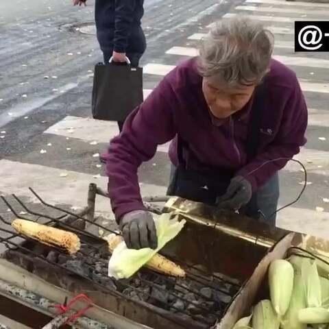 【一起看MV美拍】#正能量#78岁老太街头卖烤玉米火...