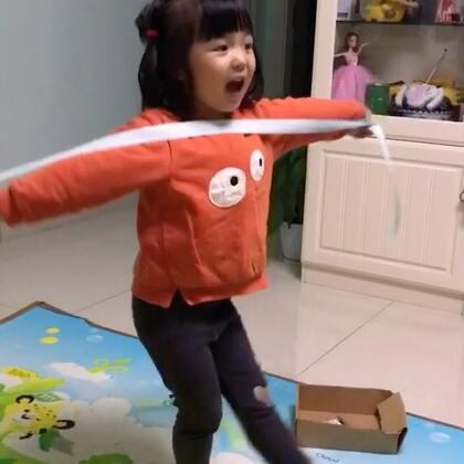 #宝宝#拿着跟带子又唱又跳😍
