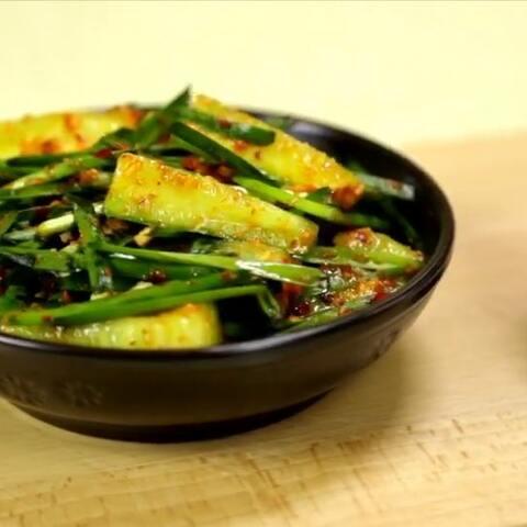 【朝族媳妇辣白菜美拍】黄瓜拌韭菜做法简单,马上吃不是...