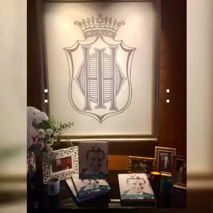 頂級保養品牌 Sisley品牌總裁 菲利普.多納諾,特地飛來台灣和大家分享新書《無盡之美》, 講解一張張家族歷史照片,帶領大家一窺貴族世家裡的生活美學點滴。 我也帶了我近期剛發行的新書《越熱越美麗》送給總裁,作為交換禮物 🎁覺得這種互相交流的感覺好棒喔!👍👍