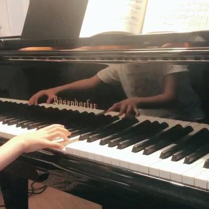 莫奏K545的第三乐章在9月22号新学年第一堂钢琴课给老师听过一次,没给抠,但让保持着,每周拿出来弹两回,说是三个乐章都得在手。问她第8秒和第28秒为啥这么弹,她说索科洛夫在萨尔斯堡的音乐会上就是这么弹的。word喜啊,来来来,听妈教你一句中文,画虎不成反类犬。😂😂😂#音乐##钢琴#