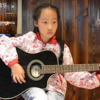 小学员潼潼 刚刚学会了三个大三和弦 那就给自己伴奏一下吧 送给自己的生日礼物《生日快乐歌》#音乐##萌宝宝##吉他#