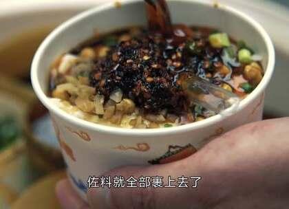 重庆大叔挑担沿街卖凉面酸辣粉, 每小碗放4勺辣椒, 看的流口水#二更视频##美食##我要上热门#