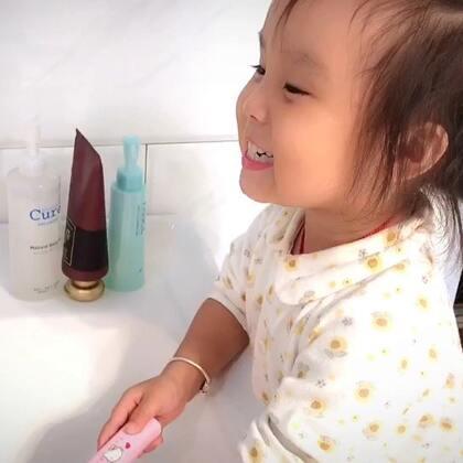 自己刷了牙照镜子嘚瑟她那又白又干净的牙齿😬#曦允3岁5个月#+29
