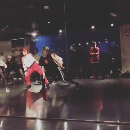 今天第一节课……这个老师完全就是另一只miki……就这样疯狂的学了两节课……头疼……腰疼……我昨天撞到的小脚趾更疼……不过今天也满足#舞蹈##hiphop##en dance studio#