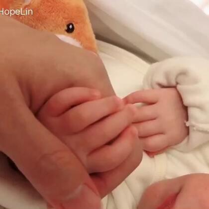手手牽著就可以睡得香香的☺️ Good night mommy Good night babe ❤️