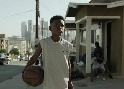 小伙酷爱篮球,打球坚持:当出手、绝不让,逆袭成篮球巨星#二更视频##体育##篮球#