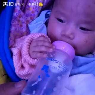 #宝宝#知道把手放在奶瓶上