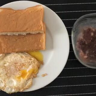 开心的周末从简单的早餐开始~#裘姐日常#估计大大想在家窝一天😂