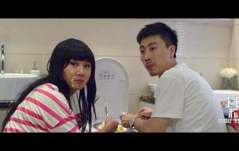 【小明和他的小伙伴们美拍】这个女人和男友在卫生间吃美食,...