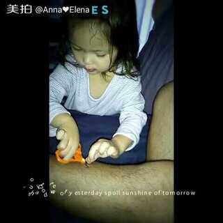 早上起来看到这一幕:涂了口红的娜娜(像刚啃过血)在床边剪爸爸的腿毛😂她说爸爸的毛太长了。#宝宝##娜2岁8个月19天#