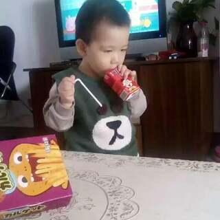 #萌宝宝#我就问萌不萌,萌下方点赞。但萌又有什么用呢?撒了一地牛奶。😤😤😤