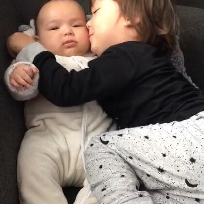 #宝宝##兄妹俩的美好时光##荷兰混血小小志&柒#看看小志无敌的爱妹妹,但是细节的地方无法都估计到,拥抱亲吻逗弄妹妹的时候,没有意识到自己压到妹妹手了,虽有个枕头垫底,但是妹妹不适就大哭,小志不知所以还去亲吻安抚她,宝心小我们要多留意顾及到大宝情绪,所以我不会凶小志而是告诉他妹哭的原因