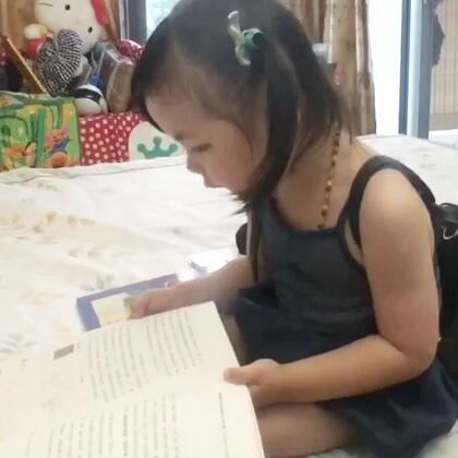 自己看书乱讲故事的宝宝真可爱!很少有孩子会主动喜欢上阅读,通常都必须有一个人引领他们进入书中奇妙的世界!而最好的老师就是父母!爱阅读的宝宝会无时无刻给妈妈很多惊喜…#宝宝##v妈亲子阅读#