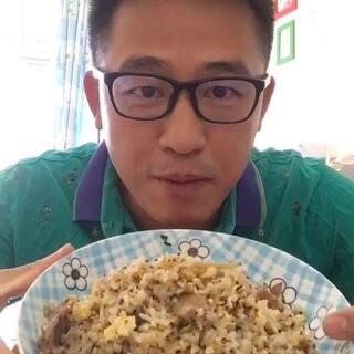 亲们中午好,由哥把剩饭炒了,喷香香,加了三色藜麦的饭就是看起来有胃口,这份量管吃饱,配上一碗姬松茸汤https://weidian.com/i/1971016011?ifr=itemdetail&wfr=c 里面有大大个的花菇,非常厚的菇肉,咬起来是感超棒,吃饭喝汤,就暖暖的了,一身汗,热死了。😂广州还穿短袖,你们呢。#吃秀#